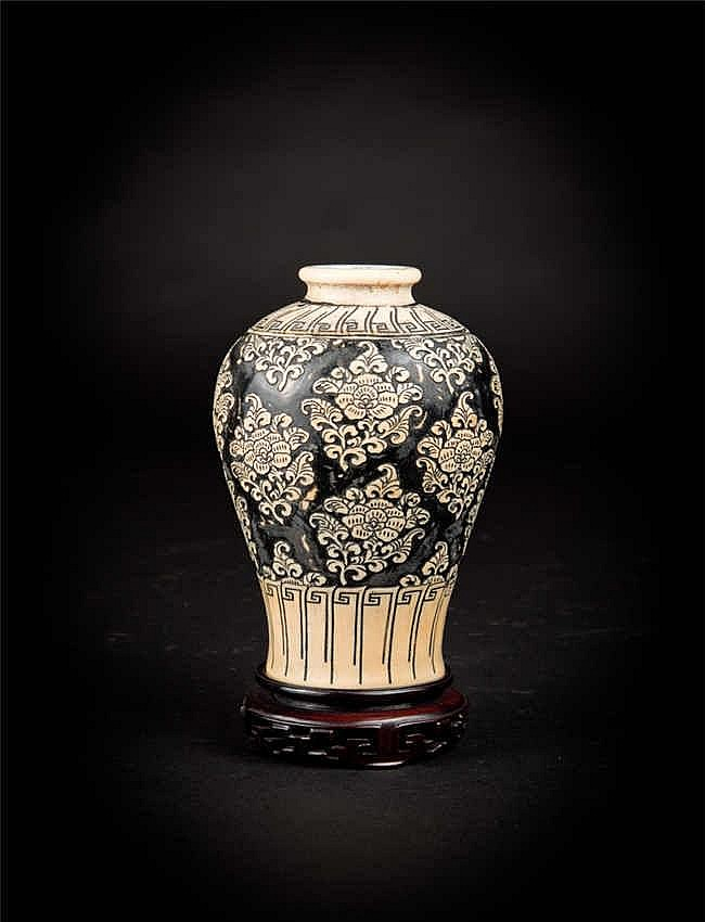 Qing, Ivory floral Vase 清中期象牙花瓶 高(Height): 18.8cm 重 (Weight) : 1192g