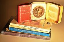 6 referințe Mihai Eminescu și o medalie comemorativă / 6 studies about Mihai Eminescu and a comemorative medal