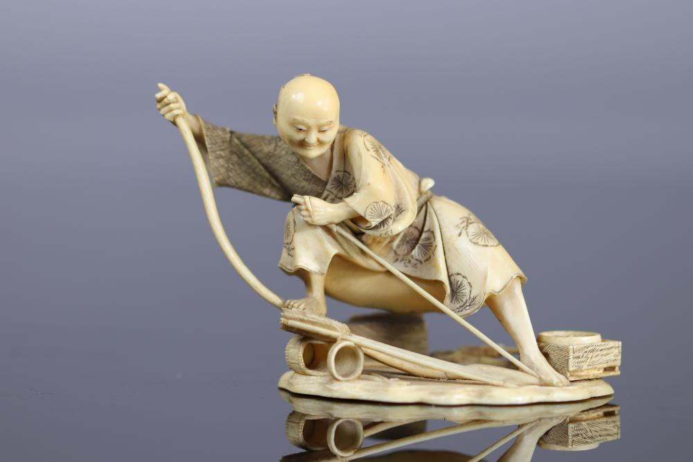 Japan Okimono finely carved with a bow that arms its bow 19th Sizes: H=70mm L=100mm Weight