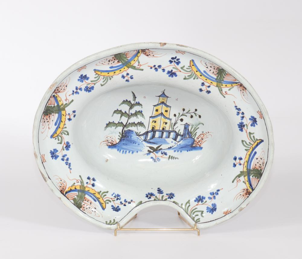 18th century Delft dish Sizes: L=325mm l=275mm Weight (K): 1,36kg Condition: After ch