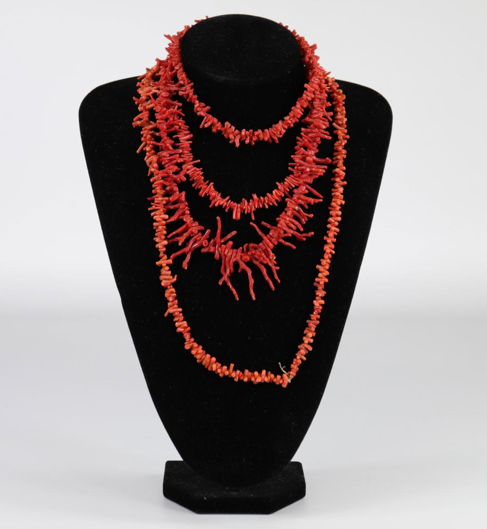 Necklaces (4) in red coral Sizes: divers Weight (K): 0,142kg Condition: at first sigh