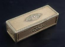 An early 19th century French three colour gold rectangular snuff box, gross 81.1 grams.