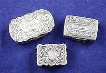 Three 19th century silver vinaigrettes, 1.75in et infra.