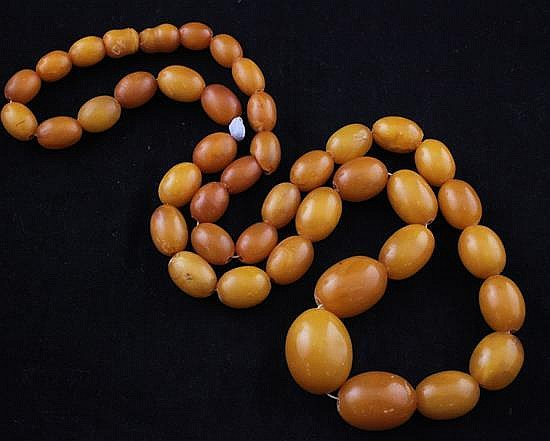 A single strand graduated oval amber bead necklace, 24in.