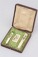 Petit coffret de fumeur comprenant 2 porte-cigarettes, 1 fine boîte à allumettes à décor inscrite de motifs animaliers (coccinelles, libellules) et floraux en argent et nacre, dans sa boîte. Epoque Nap. III