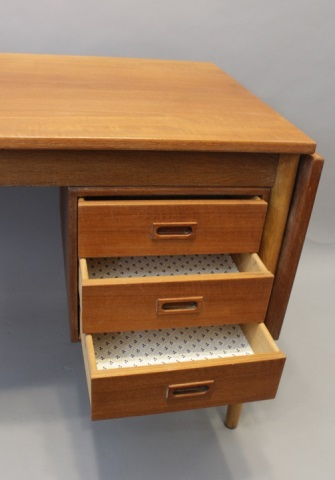 mid century modern desk in maple w 3 drawers. Black Bedroom Furniture Sets. Home Design Ideas