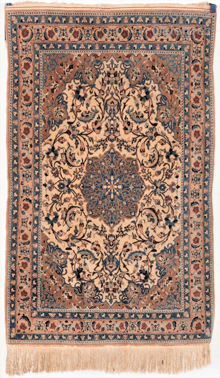 un tapis isfahan en laine avec des rehauts de soie iran. Black Bedroom Furniture Sets. Home Design Ideas