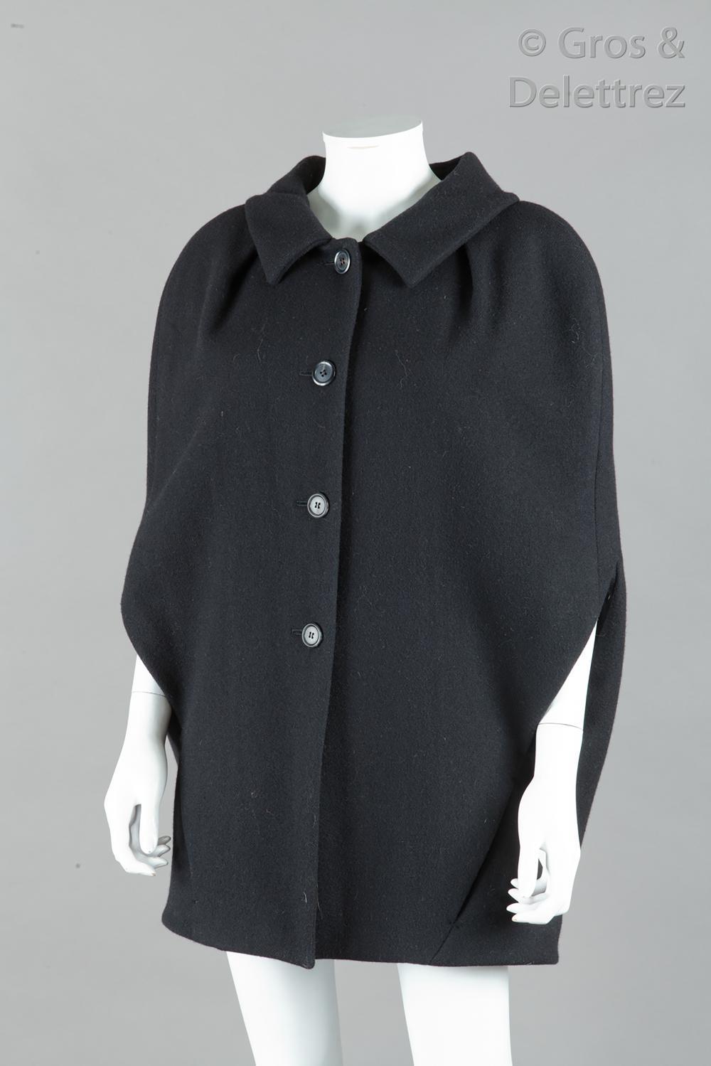 Louis VUITTON - Collection Prêt-à-Porter Automne/Hiver 2009-2010 « Hommage à la couture des années 1980 » - Modèle de défilé passage n°15