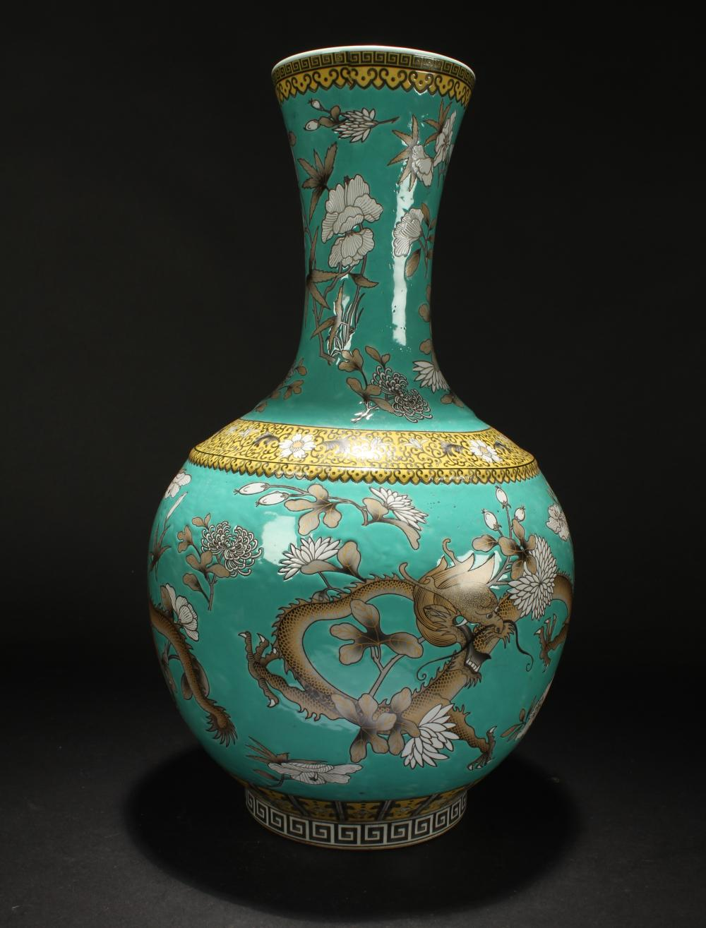 A Chinese Bat-framing Nature-sceen Estate Porcelain Vase