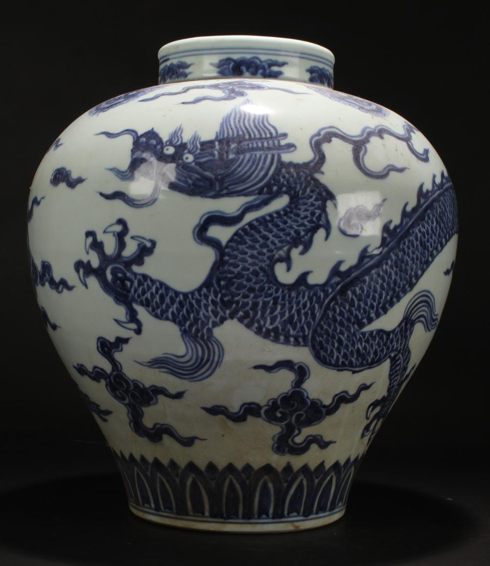 An Estate Chinese Blue and White Dragon-decorating Porcelain Vase