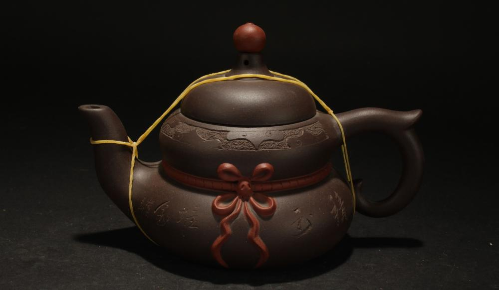 A Chinese Lidded Estate Fortune Tea Pot Display