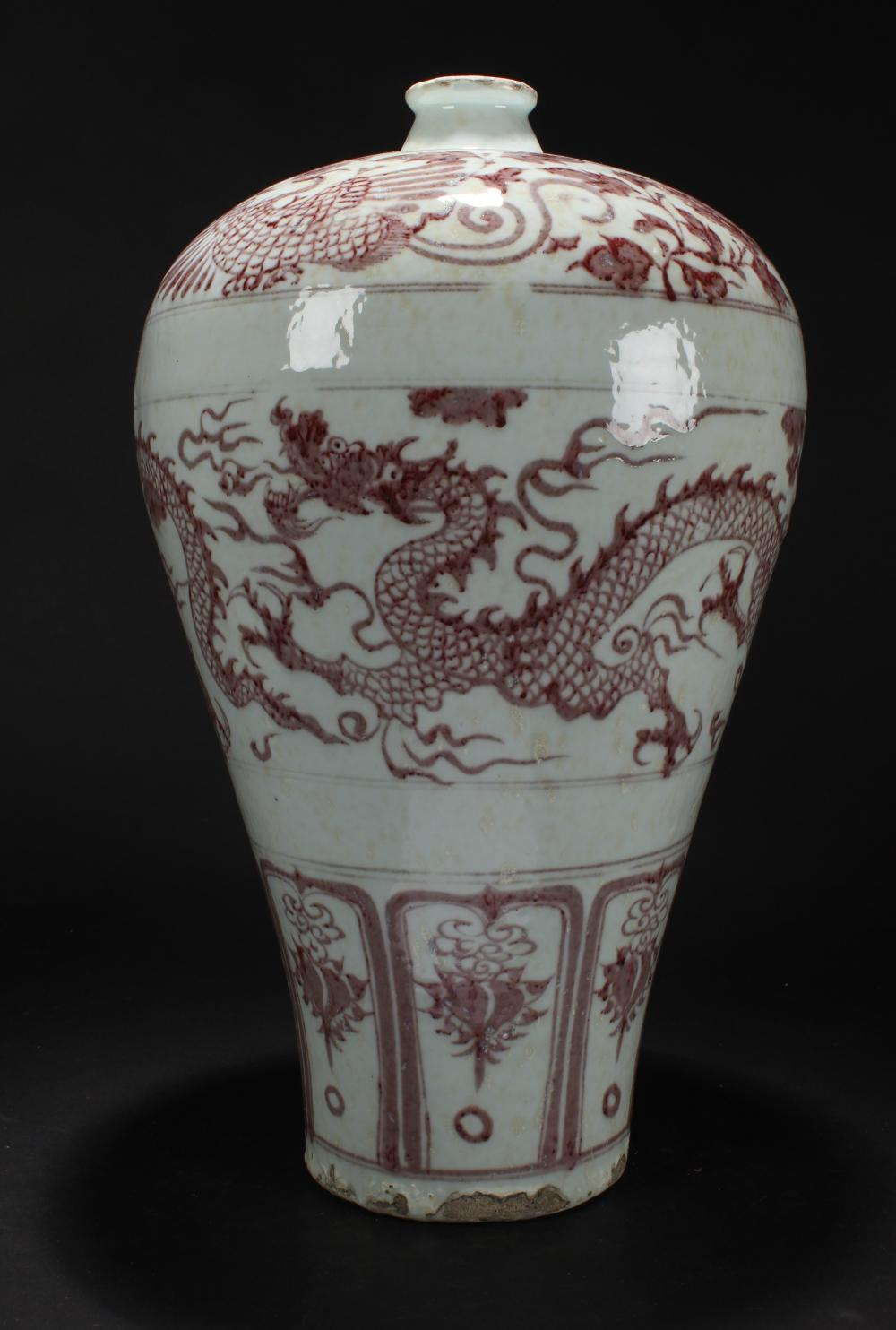 A Chinese Dragon-decorating Estate Porcelain Vase Display