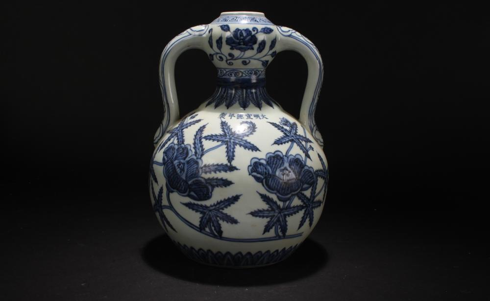 A Chinese Nature-sceen Duo-handled Estate Blue and White Porcelain Vase