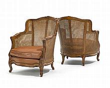 Paire de bergères cannées de style Louis XV, XIXe s., noyer mouluré,large dossier cintr, pieds cambrés, garniture en cuir cognac