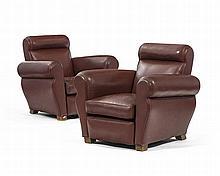 Paire de fauteuils club, Angleterre, XXe s., dossier rectangulaire et accotoirs arrondis, garni de cuir bordeaux, reposant sur des pieds cubiques