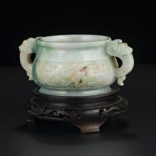 Brule-parfum de style archaïsant en jade (?), Chine XXe s., h. 5,5 et larg. 12 cm, fixé sur socle