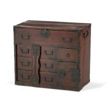 Tansu ou cabinet pour objets précieux, Japon, époque Edo ou Meiji, en bois de paulownia teinté,  plusieurs petits tiroirs, 1vantail, 55x66x30 cm