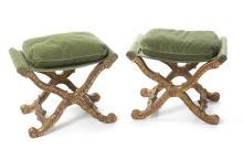 Paire de tabourets de style Régence, XXe s., piétement en bois sculpté et doré se terminant par des pieds en volute, assise en velours vert