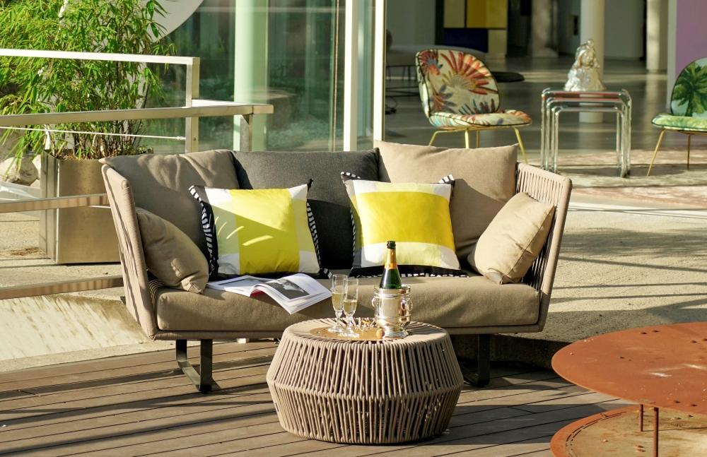 Lot 121: Ensemble de mobilier de jardin édition Kettal, comprenant un  canapé deux places et un fauteuil Bitta et un pouf Zigzag, assises en corde