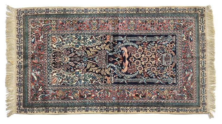 tapis de pri re chinois fin du xxe s en soie mihrab. Black Bedroom Furniture Sets. Home Design Ideas