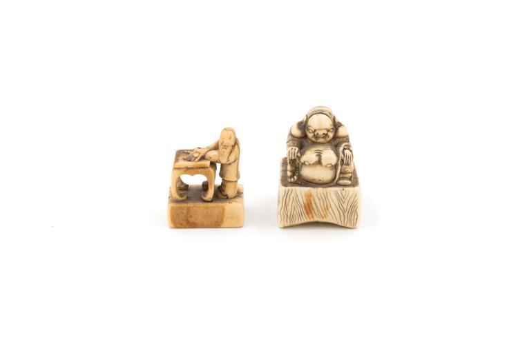 2 netsuke repésentant Hotei et un vieil homme, Japon, époque Edo ou Meiji, h. 4 cm et h. 3,5 cm