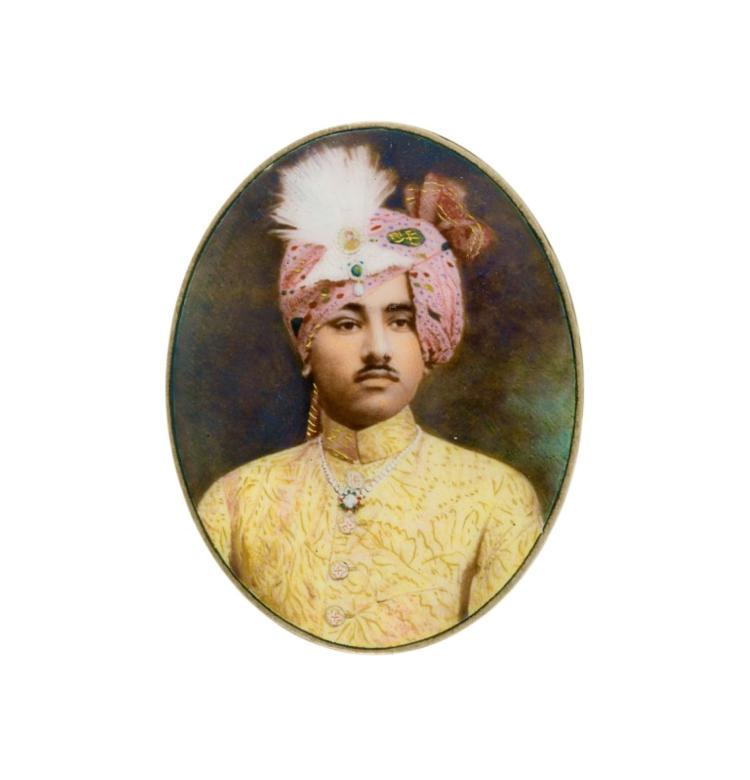 Portrait miniature en buste du maharaja Umaid Singh Ji de Jodhpur, photographie colorée avec rehauts d'or sous verre, Inde, ca 1900, l. 4,7 cm