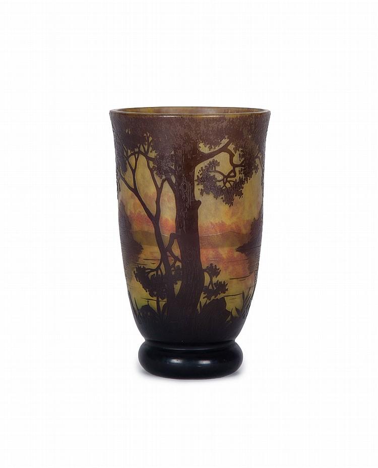 Vase cornet en verre multicouche signe daum nancy circa 190 for Decoration vase en verre