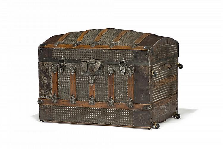 Malle de voyage convertie en petite armoire l 39 exterieur en for Armoire sejour