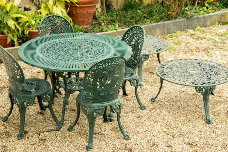 Ensemble de mobilier de jardin comprenant 1 table ronde 4 for Table jardin metal ronde pliante