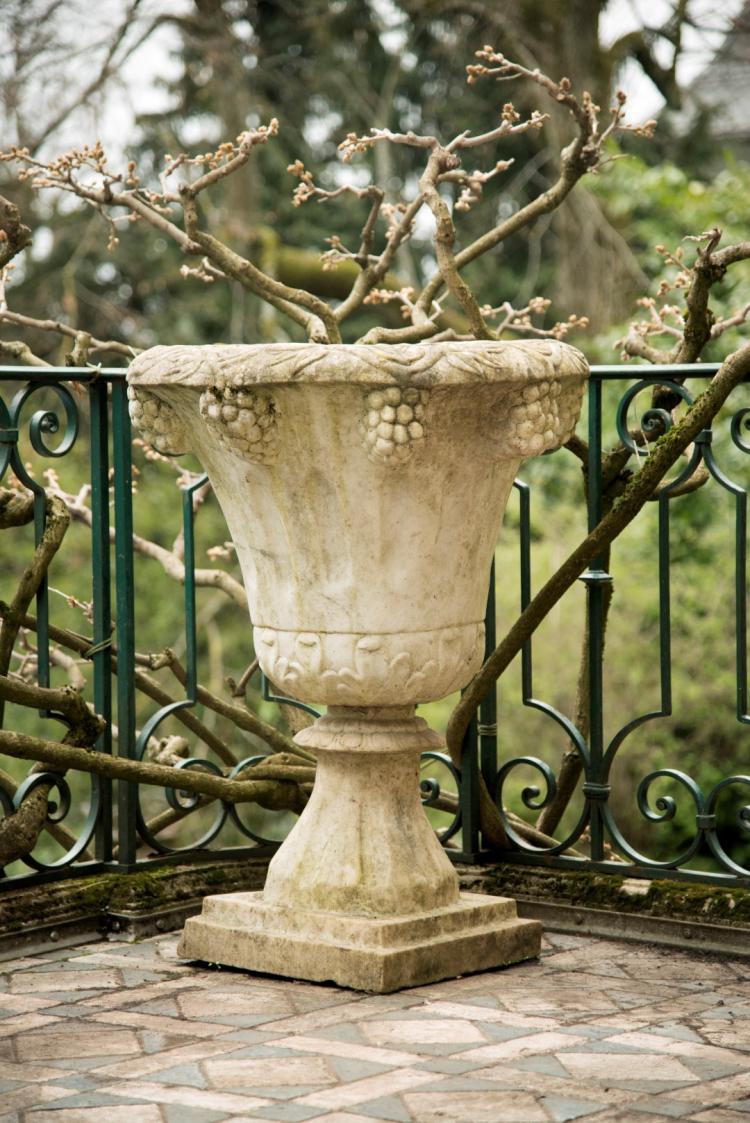 Paire de grands vases de jardin xxe s en pierre panse for Grand jardin wine