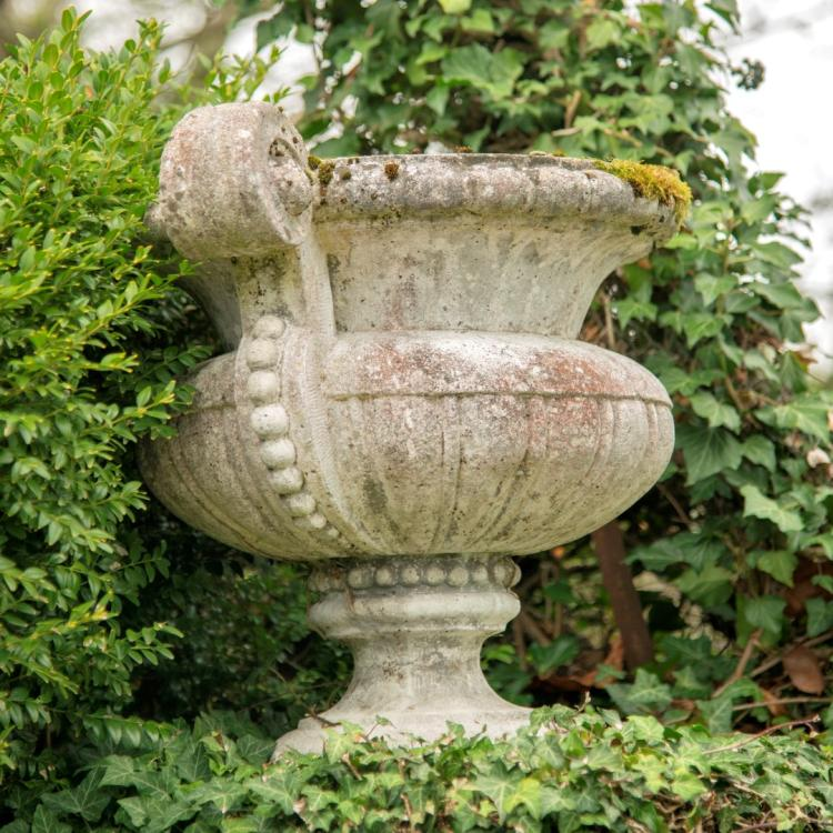 Paire de vases de jardin xxe s en pierre reconstitu e - Vase en pierre jardin ...
