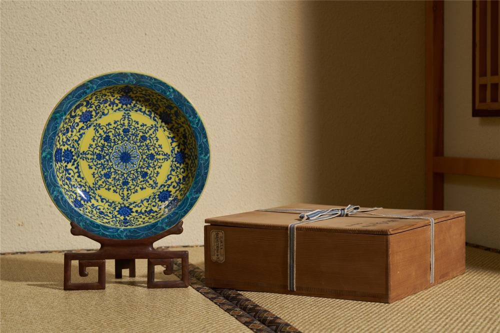 A YELLOW-GROUND BLUE AND WHITE 'Floral' DISH. YONGZHENG PERIOD, QING DYNASTY.