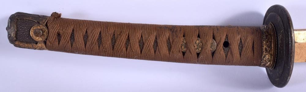AN EARLY 20TH CENTURY JAPANESE MEIJI PERIOD SAMURAI SWORD with gilded metal fittings and shagreen handle. 96 cm long.