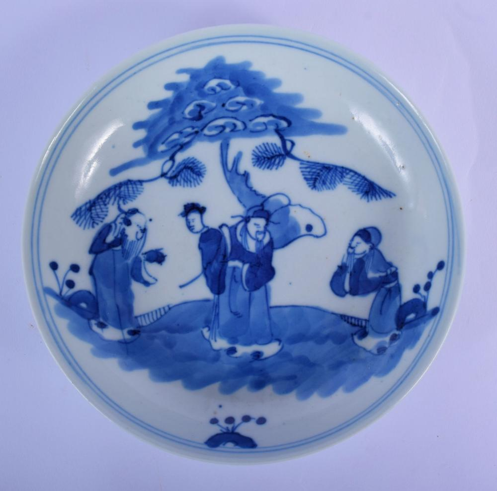 A CHINESE QING DYNASTY BLUE AND WHITE PORCELAIN DISH Transitional style, painted with four figures in a landscape. 16 cm diameter.
