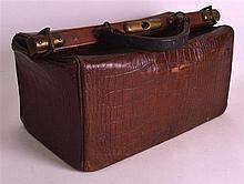 A VICTORIAN/EDWARDIAN GENTLEMANS CARRYING BAG with brass mounts. 1ft 3ins w