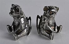 A PAIR OF EDWARDIAN SILVER MENU HOLDERS in the form of seated bears. 1.75in
