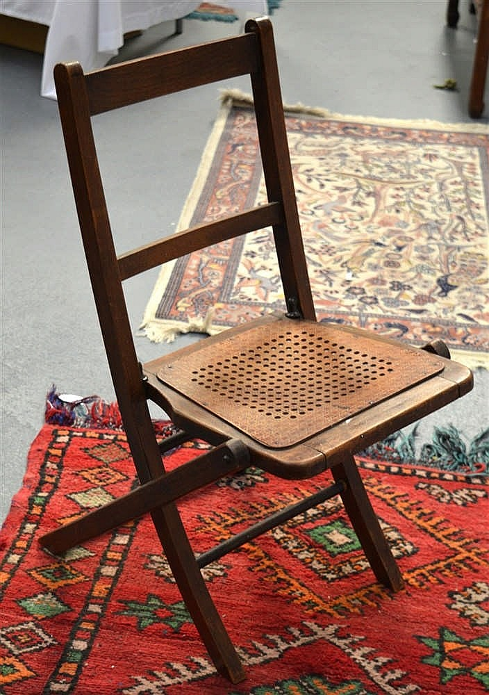 A SMALL EDWARDIAN FOLDING CHILDS CHAIR
