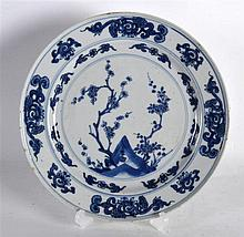 A 17TH/18TH CENTURY CHINESE BLUE AND WHITE PLATE Kangxi/Yongzheng, painted