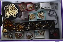 A COLLECTION OF VINTAGE COSTUME JEWELLERY. (qty)