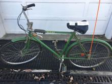 JD Menâ??s 3 speed bicycle green w/ flag