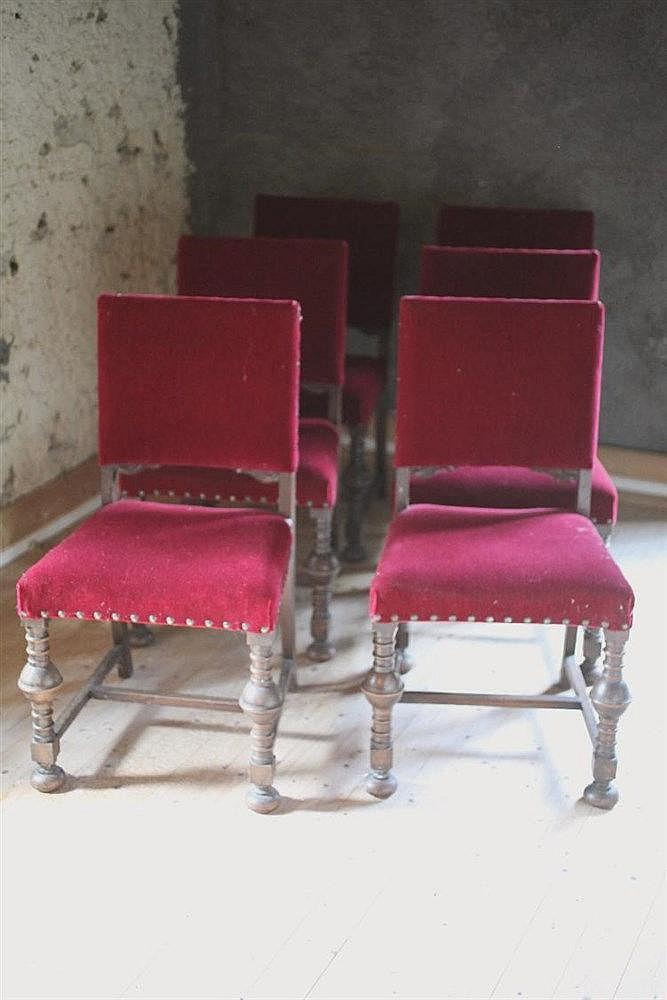 S rie de six chaises structure en bois tourn et garniture - Chaise velours rouge ...