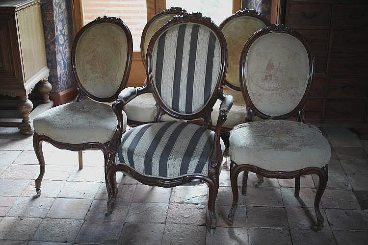 S rie de quatre chaises et un fauteuil m daillon style angl for Chaises medaillon soldes