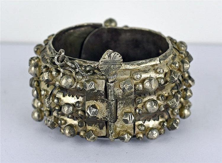 Bracelet rigide en argent orné de boules et de motifs cubiques. Fermoir à g