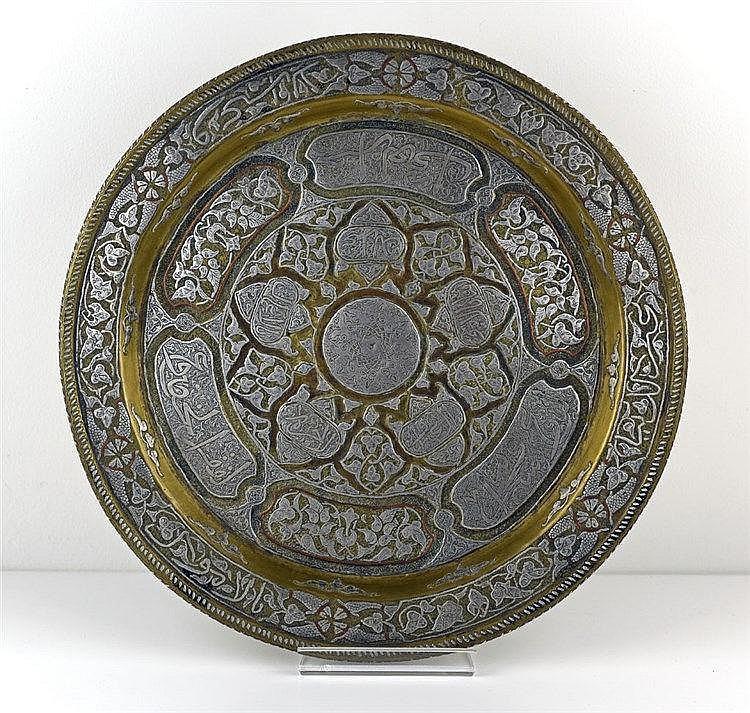 Plat oriental en laiton à décor insculpé et ciselé de cuivre et d'argent. E