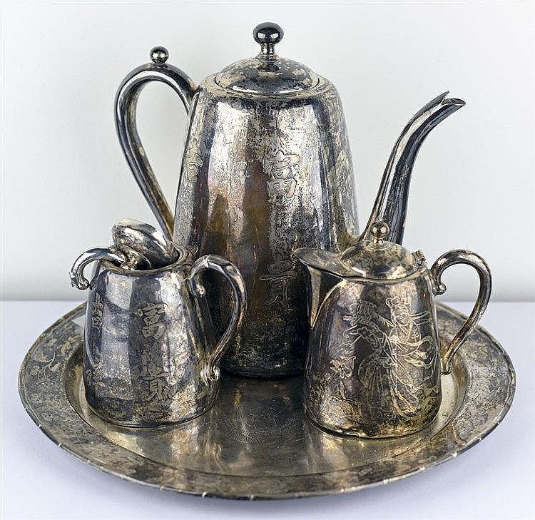 Service à thé en argent gravé de motifs chinois composé d'une théière, d'un