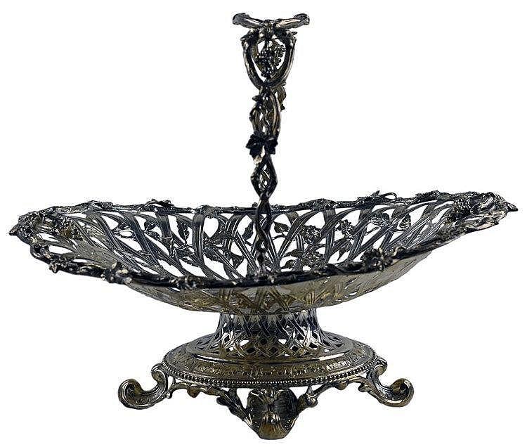 Corbeille historique argent ciselé de motifs floraux au décor de pampres de