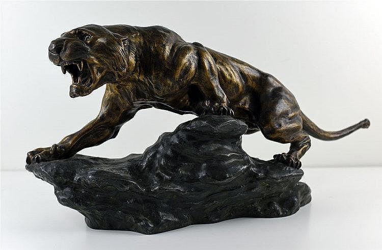 Tigre rugissant  32 cm x 67 cm x 21 cm, signature entre les pattes du félin
