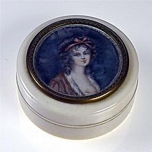 Boite ronde en ivoire ornée d'une miniature peinte figurant un buste de jeu