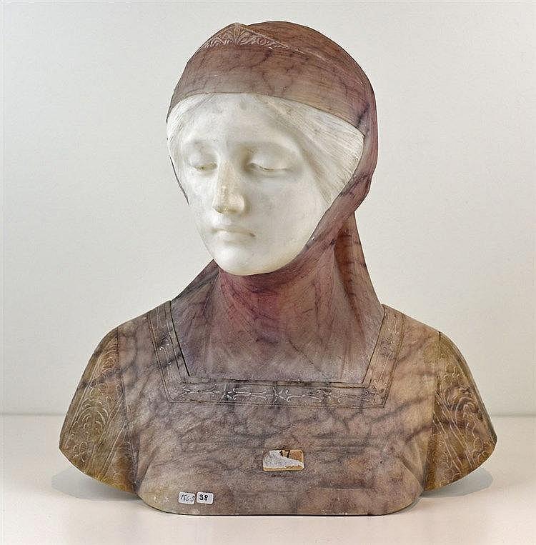 Buste en albatre figurant une jeune femme 35cm x 35cm x 17 cm, signé à la b