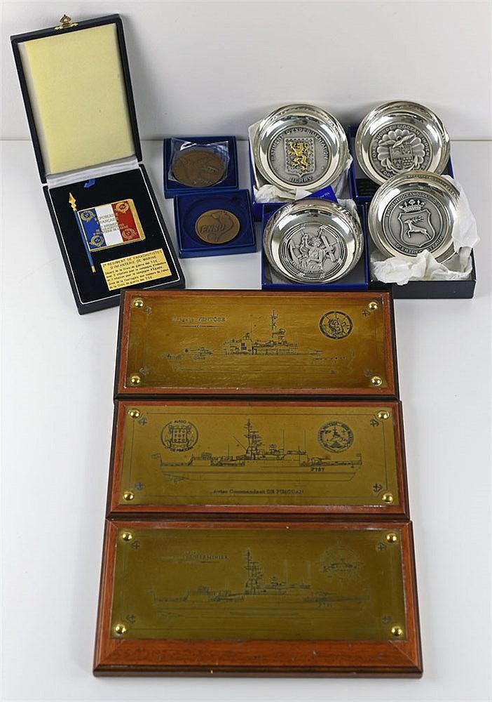 Ensemble de quatre coupelles, quatre plaques et deux médailles commémorativ